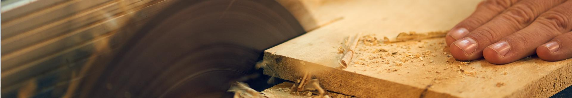 Piłowanie drewnianej dreski